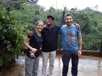 Bala Amarasekaran, Fundador y Director de Tacugama con mi mujer Mireia y un servidor durante nuestra visita