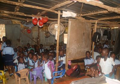 Interior de una escuela donde personal de Tacugama imparte clases de educación ambiental